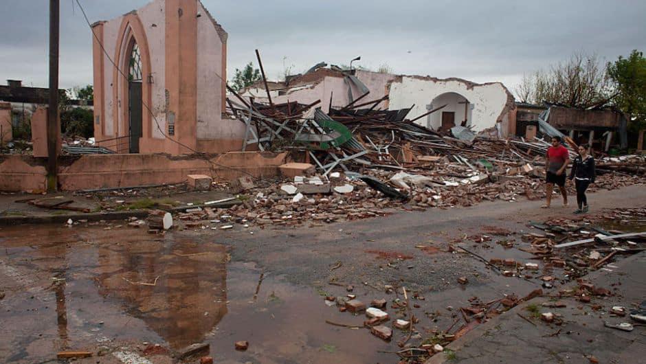Video impactante del tornado que azotó ayer la cuidad de Dolores, Uruguay