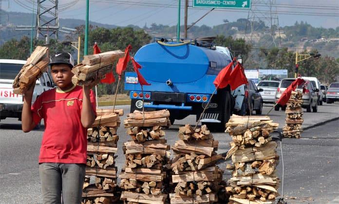 La garrafa en el Conurbano ya cuenta 150 pesos y las familias vuelven a buscar leña