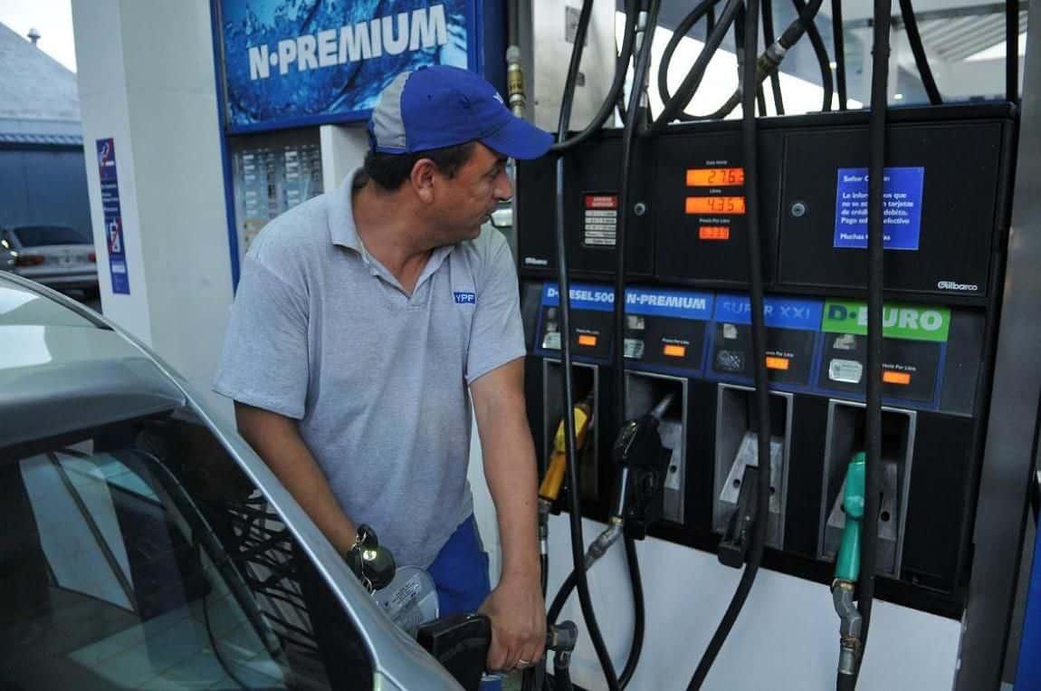 EL gobierno estudia llevar el litro de nafta a 20 pesos a fin de año