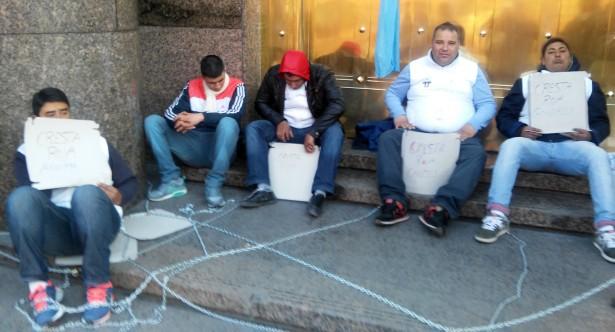 Operarios de Cresta Roja encadenados en el Ministerio de Economía