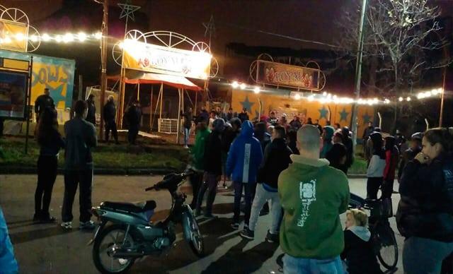 Confusión, disparos y acusaciones anoche frente al circo de la Avda Ratti