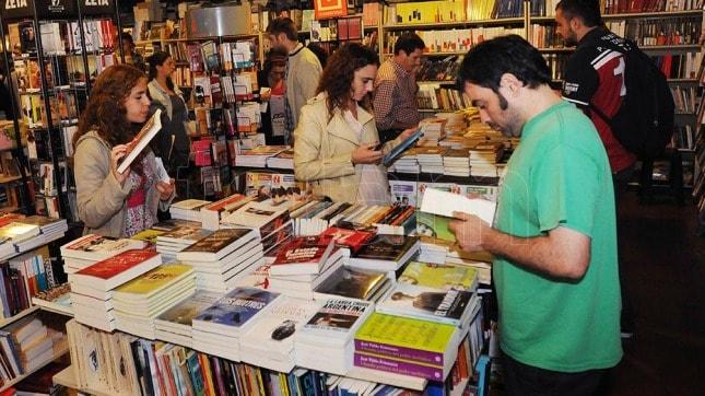 """Hoy a la noche el """"librazo"""" regala 30.000 libros en señal de protesta"""