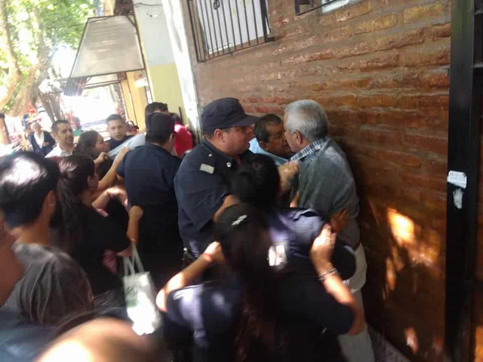 Distrubios entre vecinos y la policía en el Concejo Deliberante de Ituzaingó al comienzo de la sesión