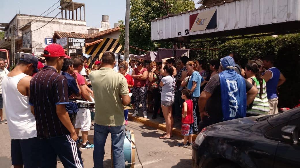 Organizaciones sociales se concentran en el centro de Ituzaingó para reclamar la emergencia alimentaria