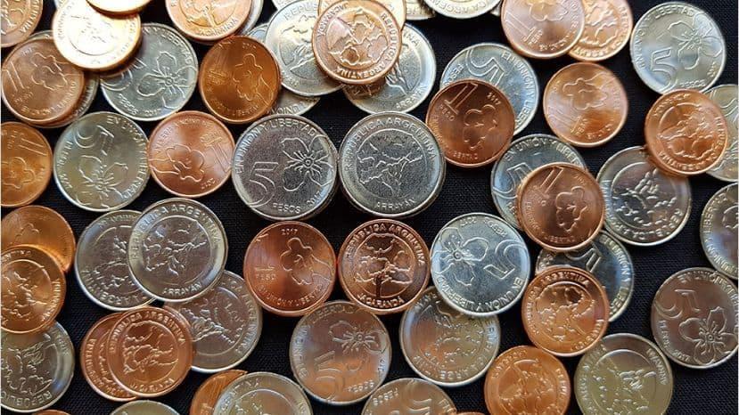 Desde el lunes circularán las nuevas monedas de 5 pesos