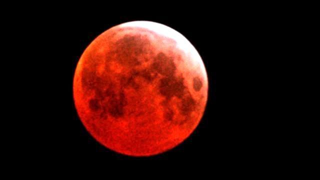 Esta noche la Superluna Azul se tiñe de rojo (mitos y verdades)