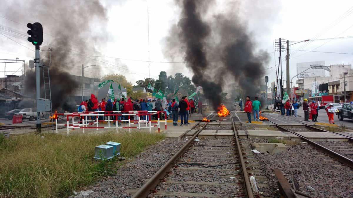 Corte de vias en Haedo, el Sarmiento no llega a Once circula entre Castelar y Moreno
