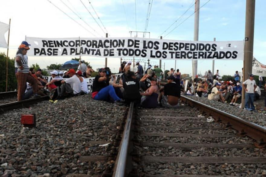 Trabajadores despedidos cortaran mañana al mediodía las vías del Sarmiento y no habrá trenes a Once