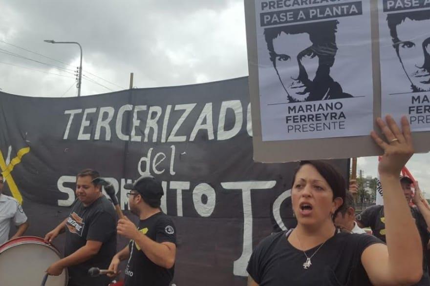Ahora: represión y detenidos en el corte de vías del Ferrocarril Sarmiento en Haedo. No hay servicio a Once