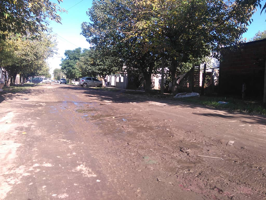 """Vecinos de San Alberto: """"lo único que pedimos es que manden una máquina emparejando la calle"""""""