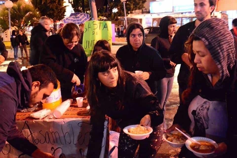 """Calles Solidarias.""""En Ituzaingó cada vez más gente se acerca a recibir un plato de comida"""""""