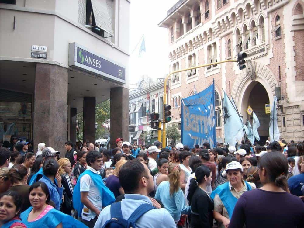 Movimientos sociales se concentran en las sedes de ANSES para reclamar planes de empleo