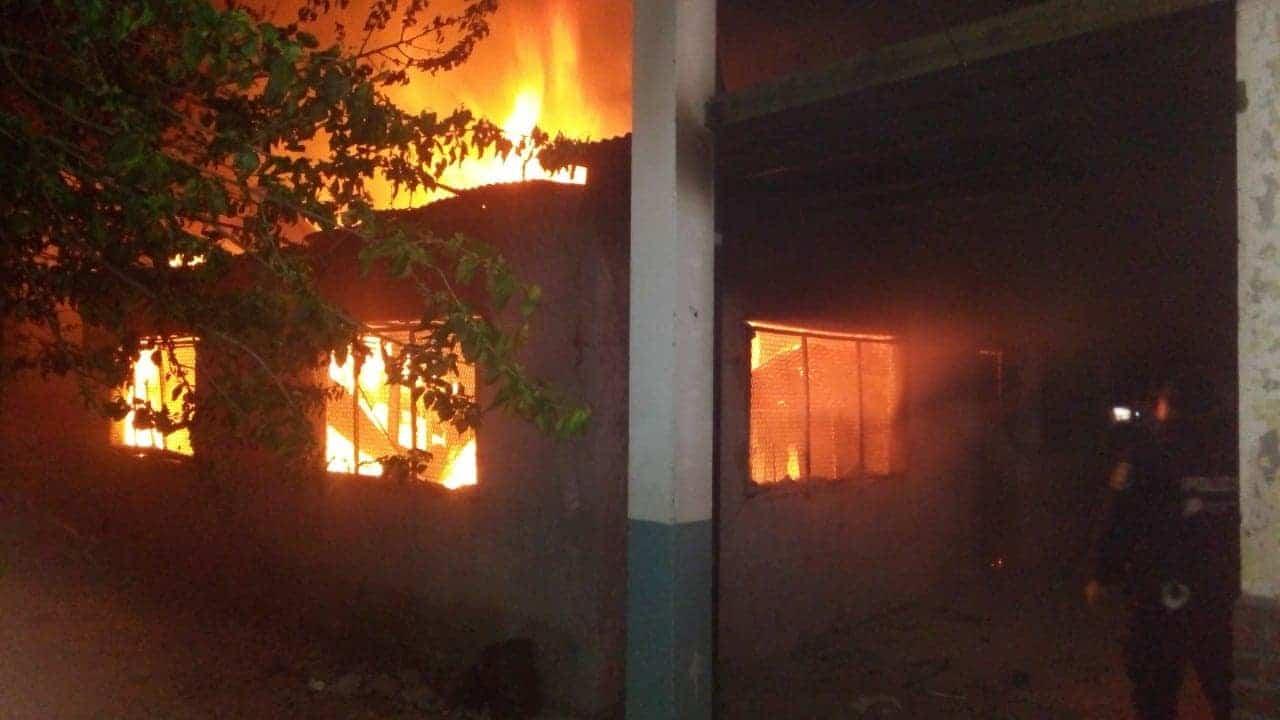 Incendian una escuela Secundaria en Paso del Rey y se sospecha de un mensaje a los docentes