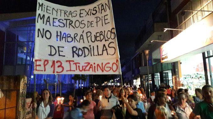 Ituzaingó: los docentes marchan esta tarde con antorchas en la plaza 20 de Febrero