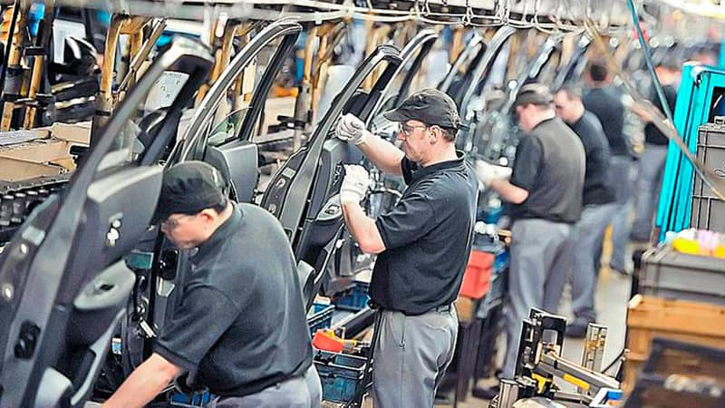 Automotrices suspenden a 5.500 operarios y se desploma la venta de automóviles