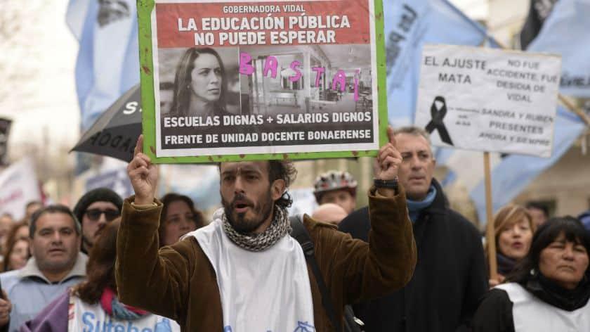 A un mes de la explosión de Moreno, marcharon para reclamar mejoras edilicias en las escuelas