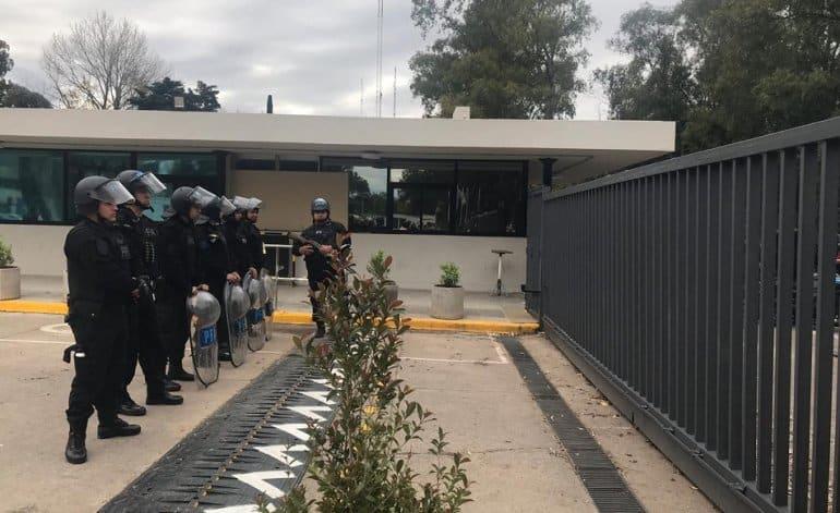 La Policía Federal a los tiros contra los mineros y trabajadores del INTI