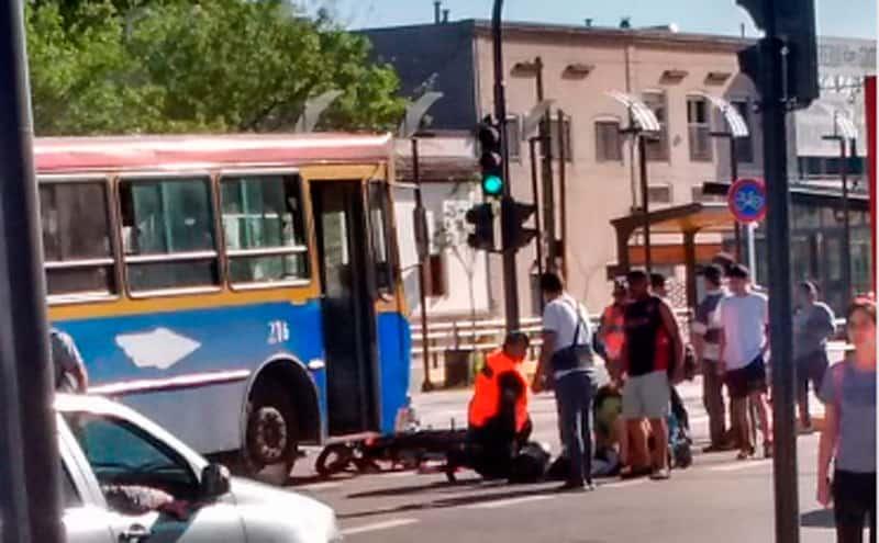 Accidente en el metrobus de Morón: Un colectivo atropelló a una moto