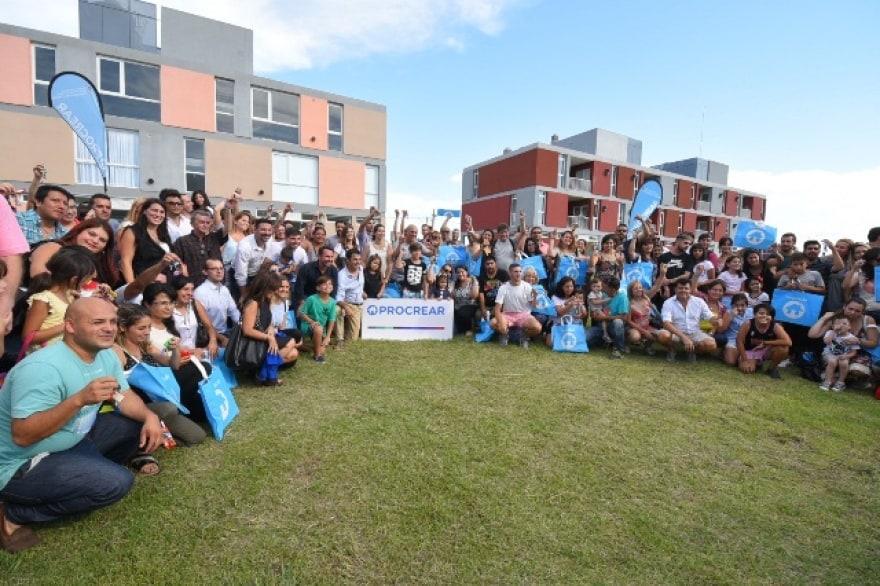 Entregan las llaves de las viviendas del barrio ProCreAr en Villa Udaondo