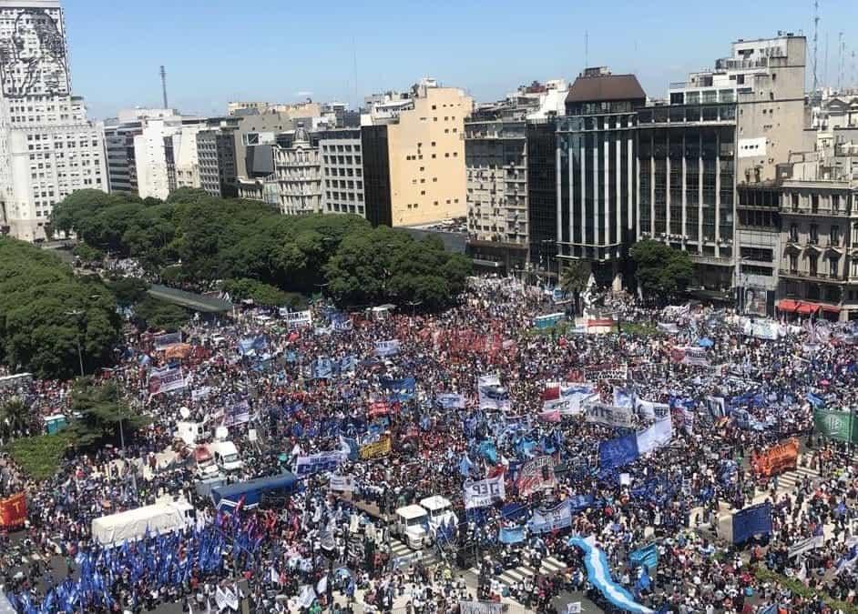 """""""En los barrios volvió el hambre"""": masiva movilización de las Organizaciones Sociales contra el ajuste"""