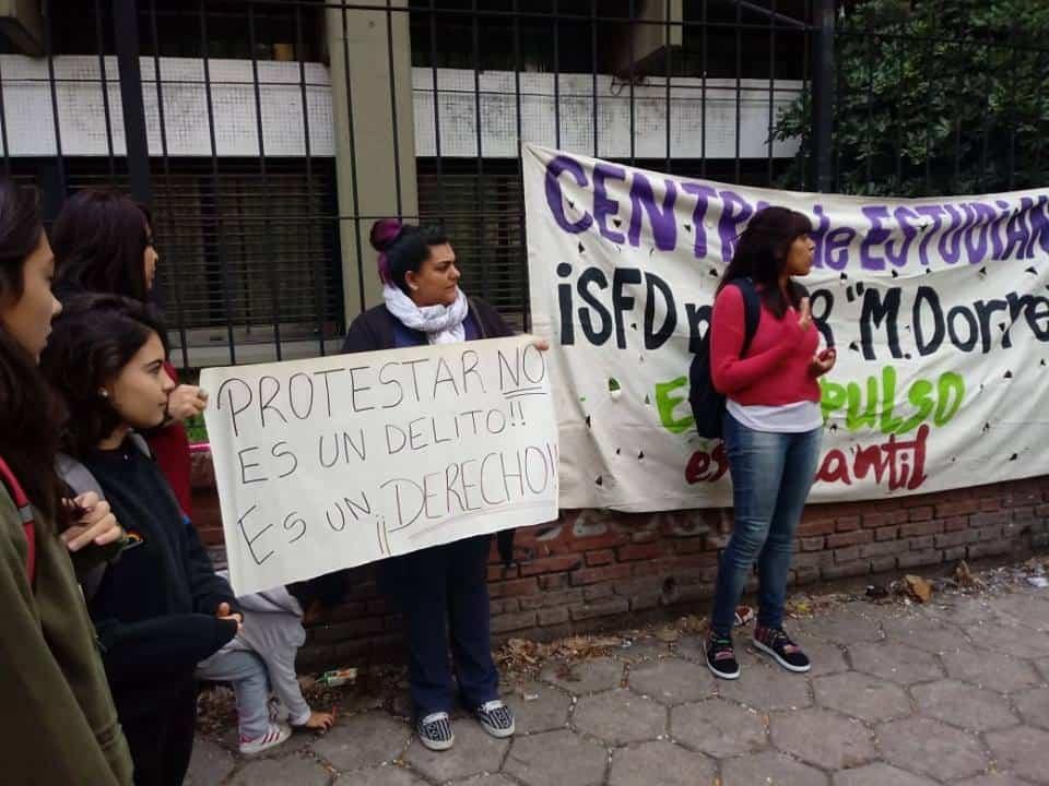 Espían y procesan a una estudiante de Morón por un tweet contra el Presidente Mauricio Macri