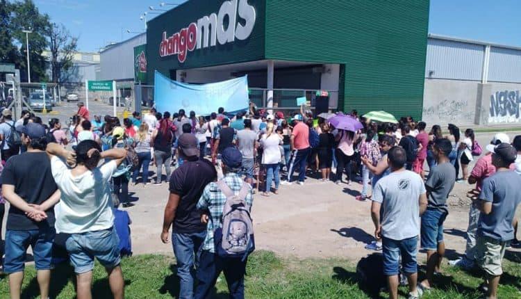 Organizaciones Sociales se movilizan y acampan en los Hipermercados
