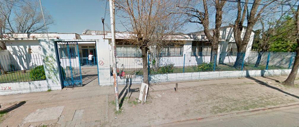 Peligro de derrumbe en la Escuela 50 de Castelar Sur: Traen contenedores para ser usados como aulas