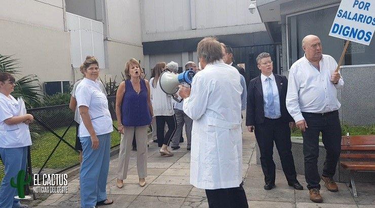 Protesta de médicos de la clínica Modelo de Morón por mejoras salariales