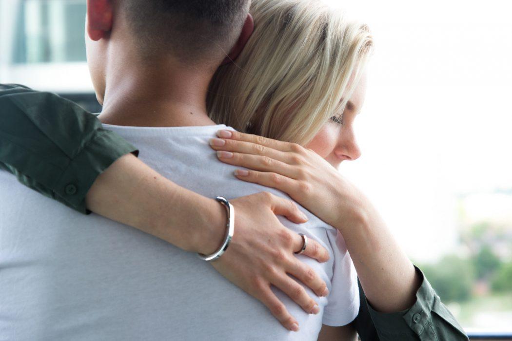 "Clínica ofrece terapia de abrazos e incluso hacer ""cucharita"""