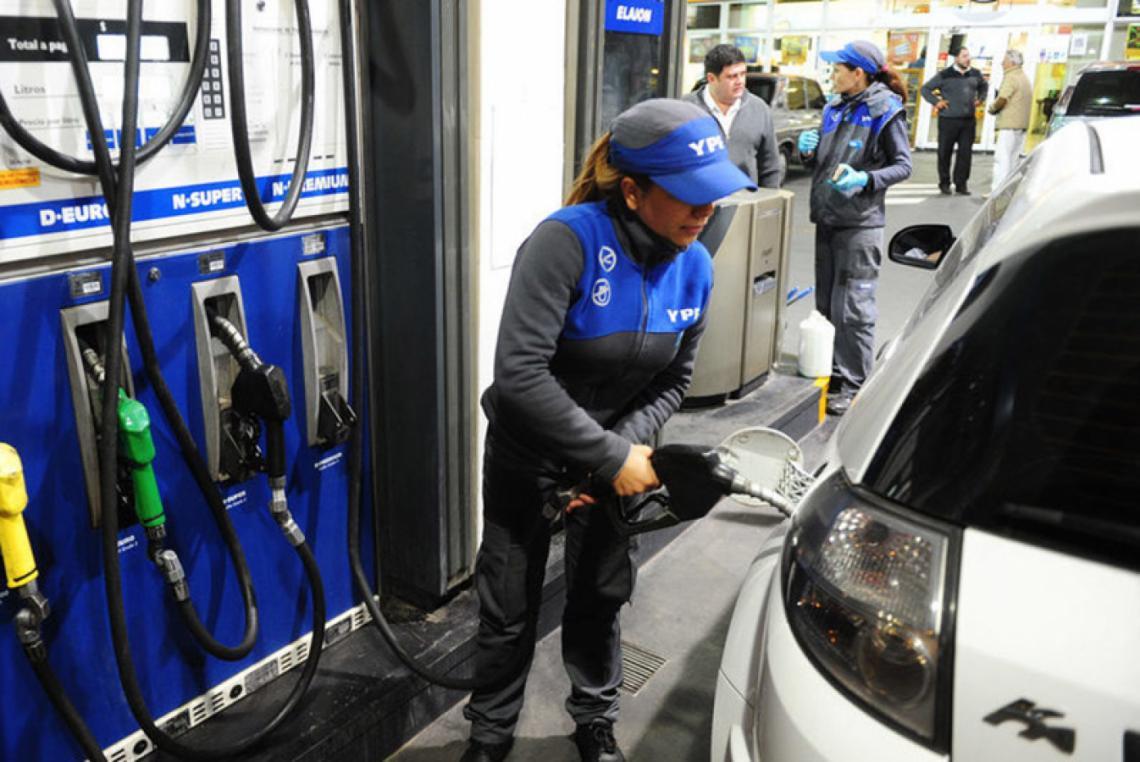Siguen los regalos de despedida: Desde mañana aumenta la nafta un 5 %