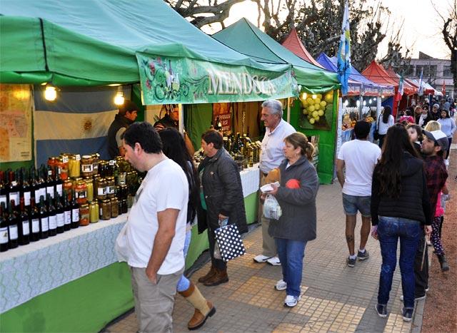 Ituzaingó: Feria gastronómica y de colectividades en la Plaza Atahualpa
