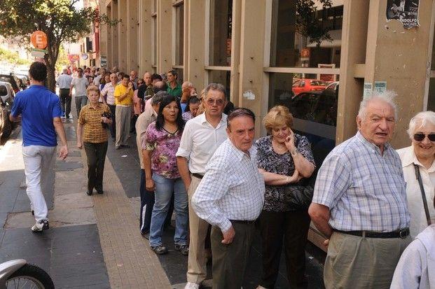 Hoy se comenzó a cobrar el bono de 5000 y 2000 pesos para jubilados, pensionados y AUH