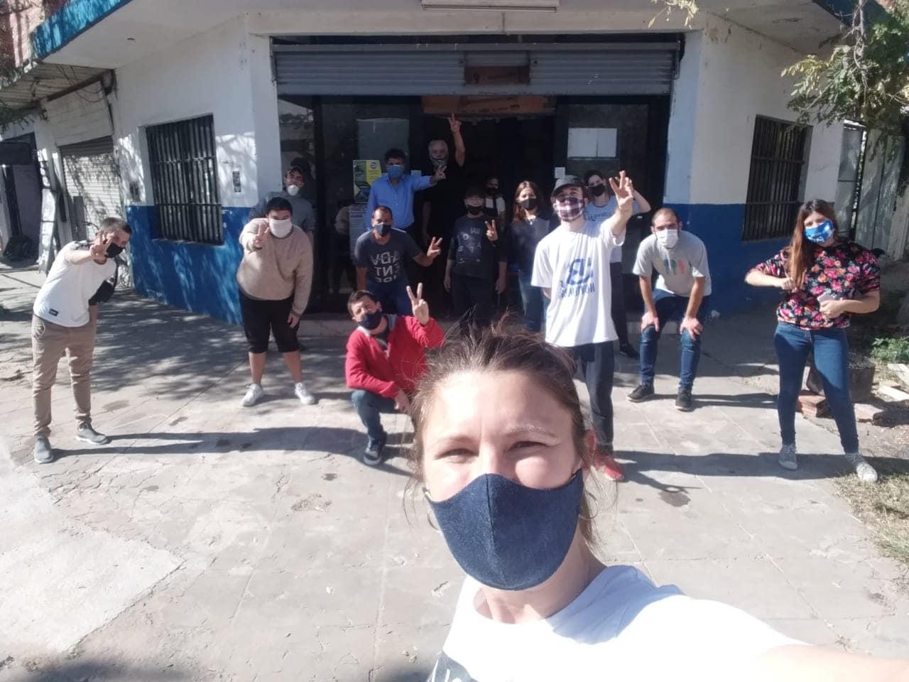 Un acuerdo entre distintas organizaciones sociales, políticas, religiosas, gremiales y deportivas logró llegar con 50 ollas solidarias a los barrios populares de Ituzaingó