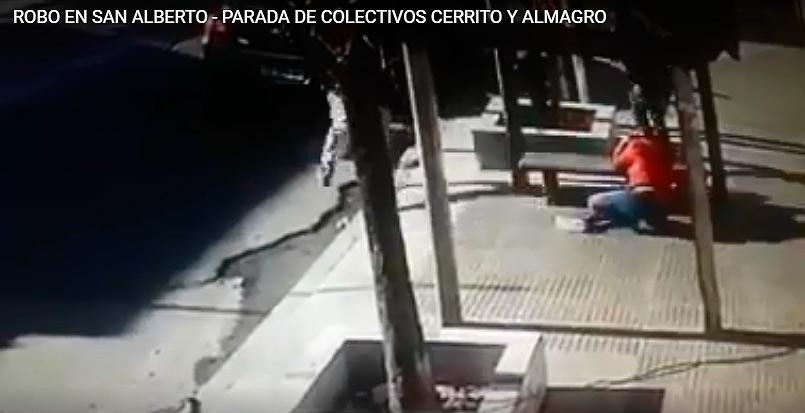 San Alberto: robo a plena luz del día en la parada de colectivos